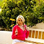 First pic of Blond-haired hottie dressed in pink shows her naked bod outdoors - IamXXX.com